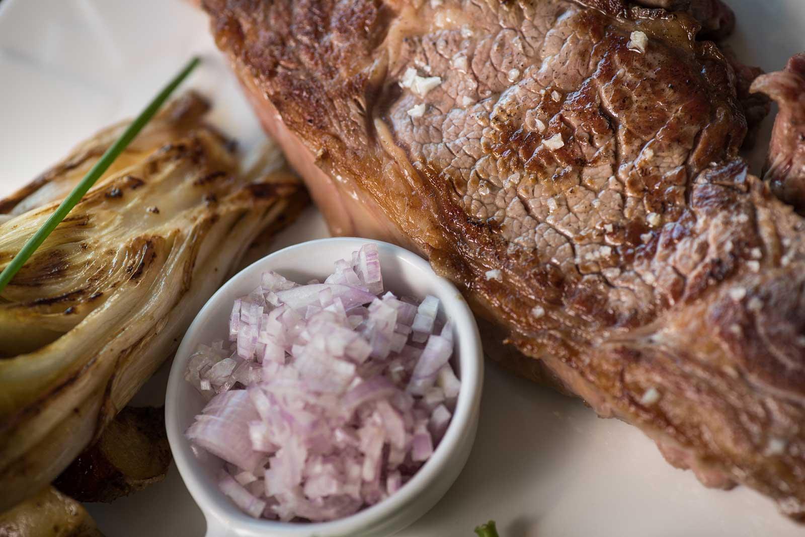 Entrecôte servie à la Plancha Gourmande, restaurant à PUGNAC